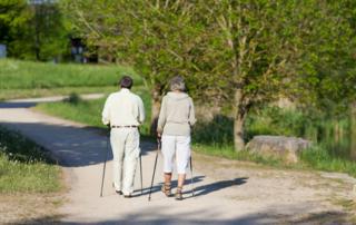 älteres ehepaar wandert